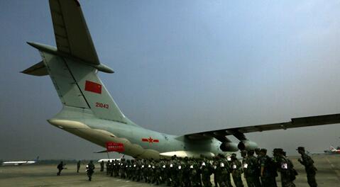 中国空军首架伊尔-76救援飞机抵达尼泊尔地震灾区